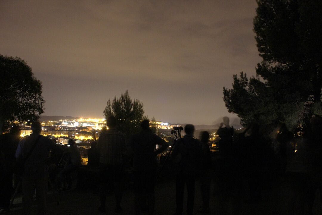 La gent que continuava present cap a les 11 de la nit. 4 Segonts d'exposició ISO 1600, objectiu a 18mm i F/5.6.